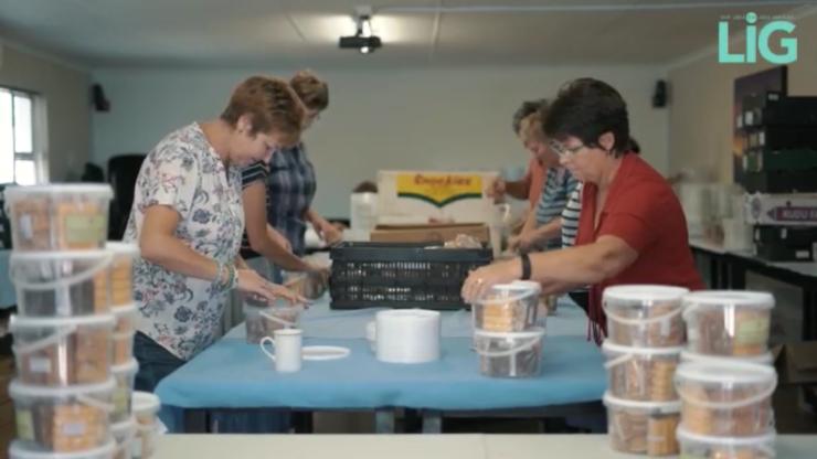 Britstown-boervroue verpak die Boerse lekker koekies in emmertjies