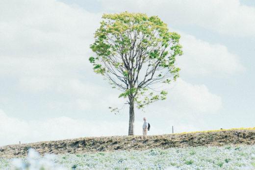 Man wat langs boom staan