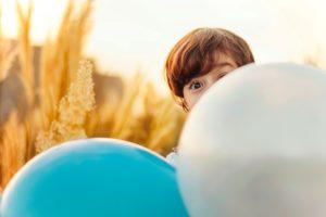 Kind wat oor 'n ballon loer