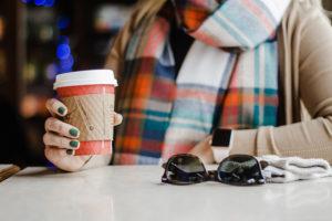 Vrou met koffie