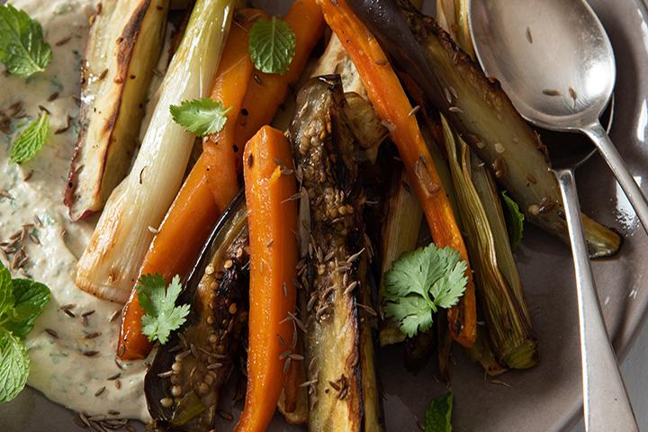 Oondgeroosterde wortels, patats en eiervrug met komyn