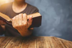 Vrou wat Bybel lees